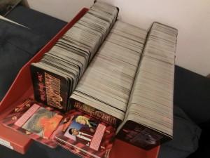 Papierablage, auf der sich knapp 2000 Sammelkarten stapeln